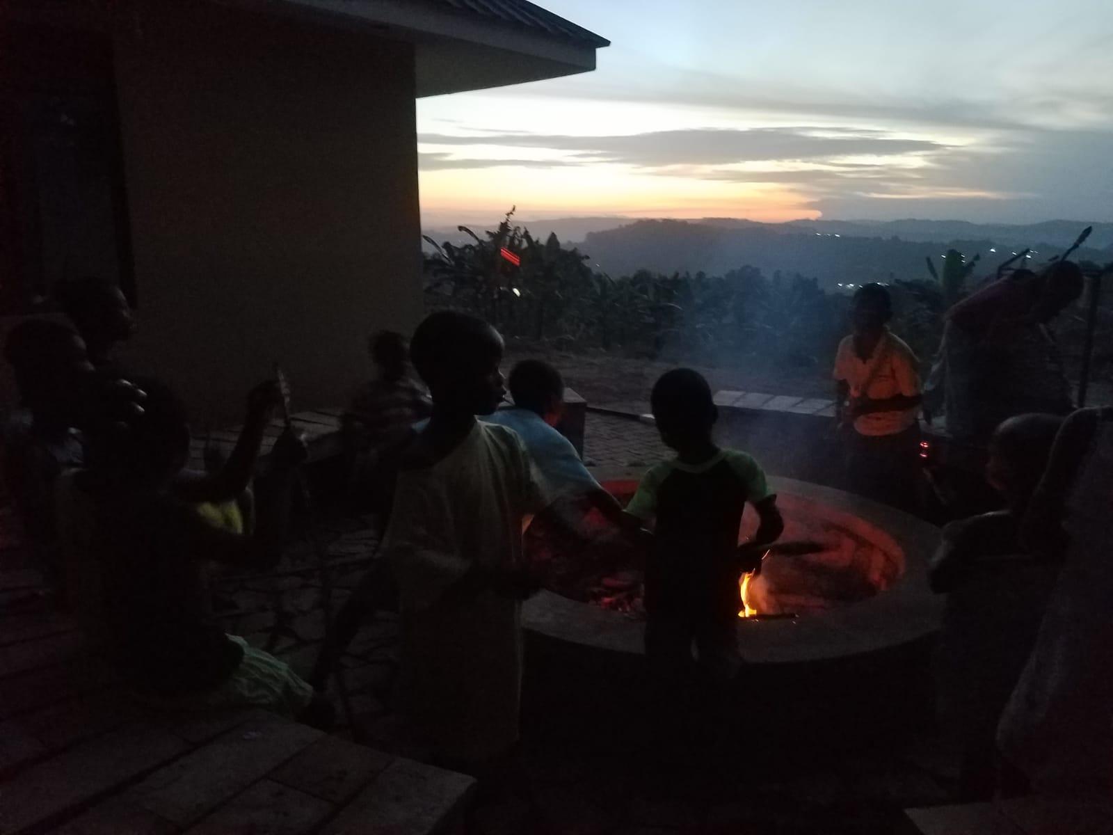 Grillfest mit Steckerlbrot im Sonnenuntergang