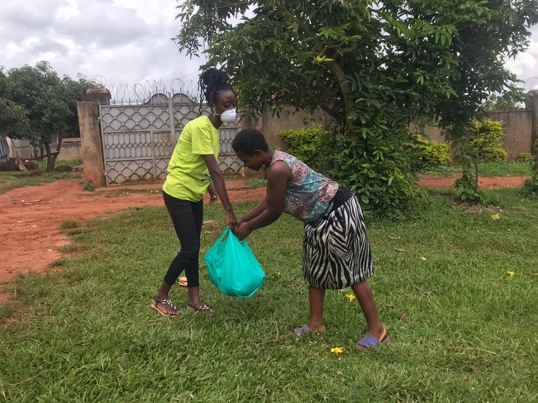 Große Verteilaktion von Lebensmitteln während Covid-19 in Uganda